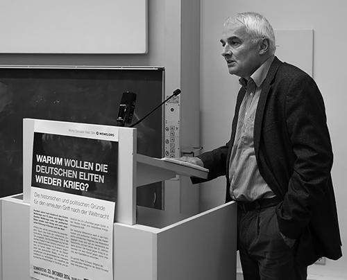 Peter Schwarz spricht zu der Versammlung der IYSSE