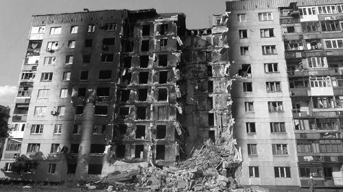 Ein Wohngebäude in Lysychansk, Region Lugansk, das im ukrainischen Bürgerkrieg zerstört wurde.