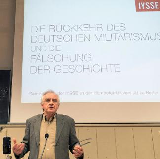 Ulrich Rippert spricht zu den Zuhörern