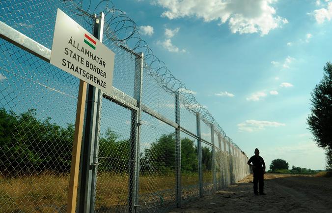 Der Grenzzaun zwischen Ungarn und Serbien, By Délmagyarország/Schmidt Andrea, CC BY-SA 3.0, via Wikimedia Commons