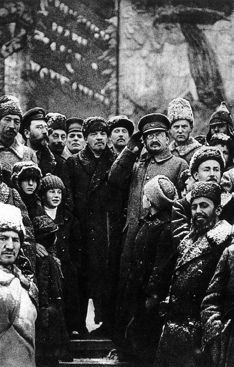 Lenin und Trotzki auf dem Roten Platz anlässlich des zweiten Jahrestags der Russischen Revolution 1919