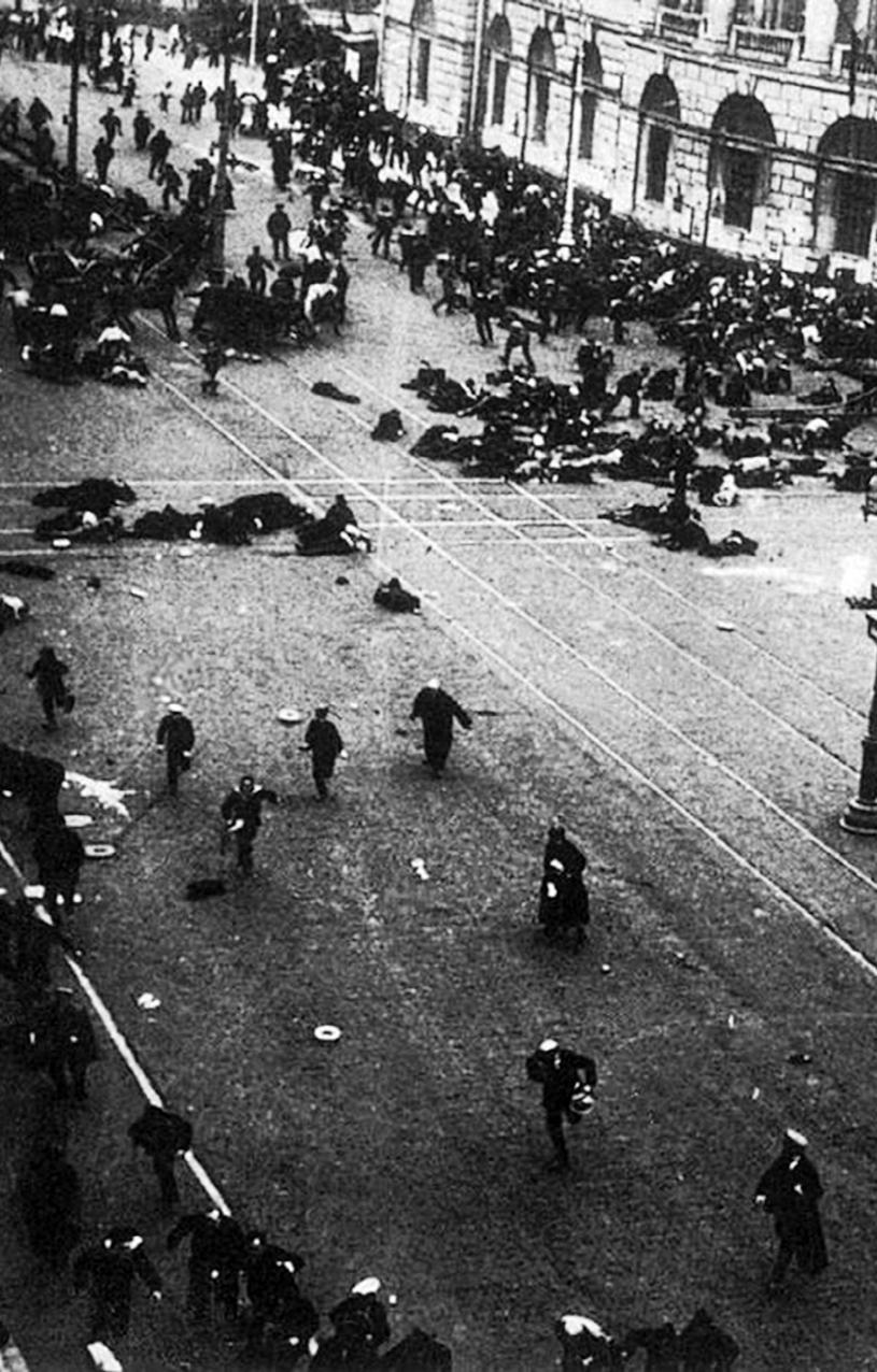 Petrograd am 4.Juli 1917: Arbeiter und Bauern werden während einer Demonstration niedergeschossen (Foto Viktor Bulla)