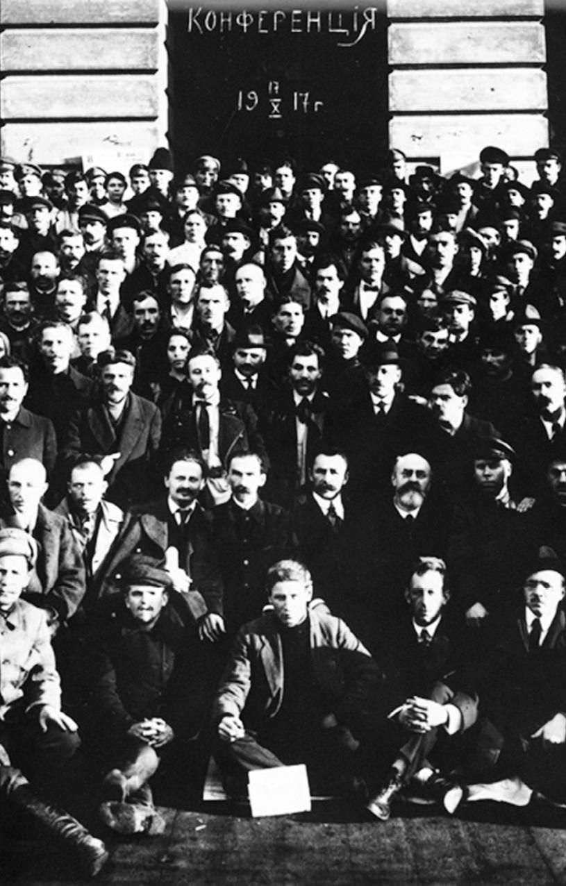 Erster gesamtrussischer Kongress der Fabrikkomitees am 17.Oktober 1917. In der Mitte Trotzki und Rjasanow