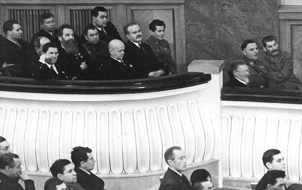 Stalin, Woroschilow, Kalinin, Jeshow, Molotow, Kosior bei der ersten Tagung des Obersten Sowjets der UdSSR (1938)