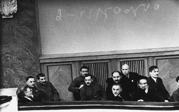 Kalinin, Woroschilow, Stalin, Shdanow, Andrejew, Petrowski, Kaganowitsch, Chrustschow, Mikojan und Tschubar auf der ersten Tagung des Obersten Sowjets der UdSSR