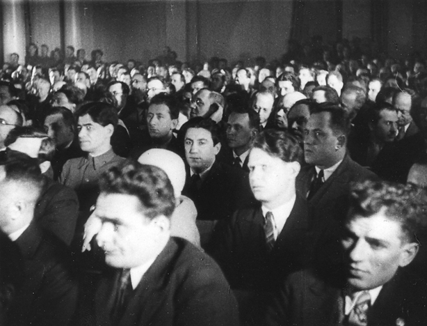 Im Gerichtssaal. Foto aus dem Film »Der Richterspruch – ein Urteil des Volkes«