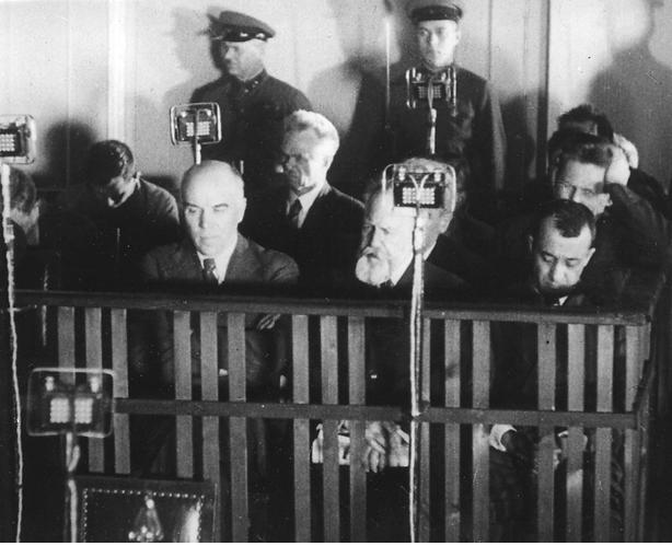 Auf der Anklagebank. Foto aus dem Film »Der Richterspruch – ein Urteil des Volkes«
