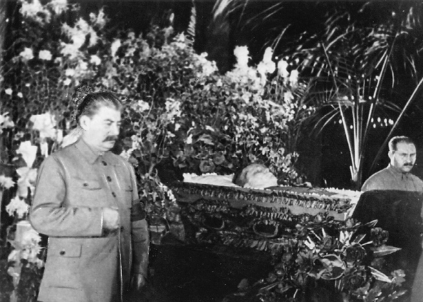 Stalin und Kaganowitsch bei der Trauerwache an Kirows Sarg