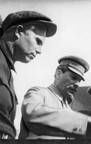 Stalin und Chrustschow auf der Tribüne des Mausoleums