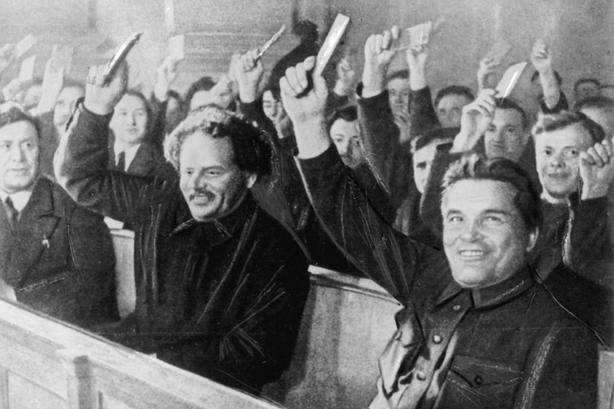 Kirow und weitere Mitglieder der Leningrader Delegation geben auf dem siebzehnten Parteitag ihre Stimme ab.