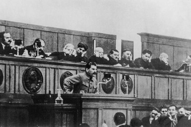 Stalin bei seinem Bericht an den siebzehnten Parteitag der KPdSU (B)