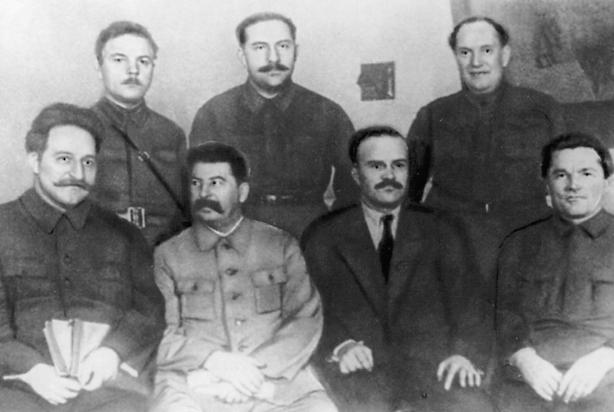 Die Politbüromitglieder des ZK der KPdSU (B) auf dem siebzehnten Parteitag Sitzend: G.K. Ordshonikidse, J.W. Stalin, W.M. Molotow, S.M. Kirow Stehend: K.J. Woroschilow, L.M. Kaganowitsch, W.W. Kuibyschew