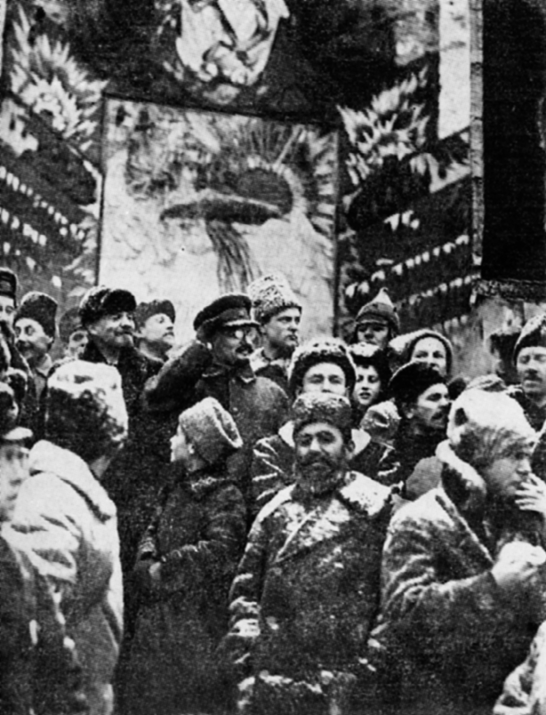 Lenin und Trotzki auf dem Roten Platz während der Demonstration der Werktätigen anlässlich der Feierlichkeiten zum zweiten Jahrestag der Oktoberrevolution (7. November 1919)
