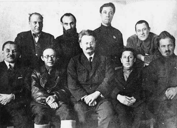 Führer der linken Opposition vor ihrem Abtransport in die Verbannung. Reihe (von links nach rechts): L.P. Serebrjakow, K.B. Radek, L.D. Trotzki, M.S. Boguslawski, J.A. Preobrashenski. Stehend: Ch. G. Rakowski, J.N. Drobnis, A.G. Beloborodow, L.S. Sosnowski