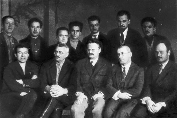Gruppe von Oppositionellen im Jahr 1927. In der Mitte: I.N. Smirnow, L.D. Trotzki, I.T. Smilga